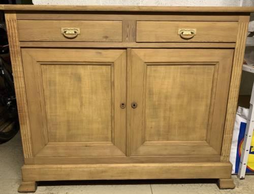 Décapage d'un meuble en bois vernis