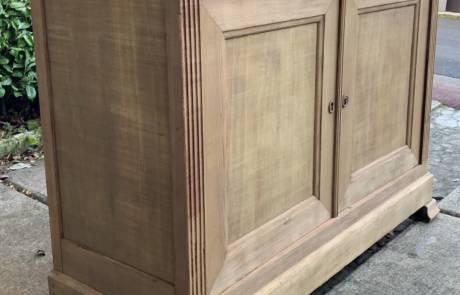 Le laser de décapage a nettoyé ce meuble en bois ancien.